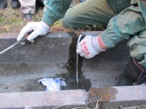 3.目地が深いときはバックアップ材で充填厚さを調整
