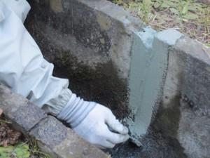 4.補修材料を刷毛等で目地幅の3倍以上広く塗る